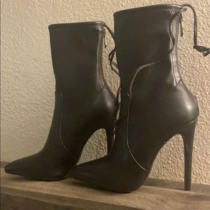 Black point toe heel boot